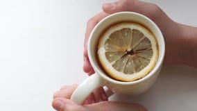 切片在杯子的芬芳柠檬用在玻璃的zlotty茶 影视素材
