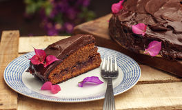 切片在板材的一个巧克力蛋糕 图库摄影