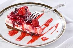 切片在板材的乳酪蛋糕有甜叉子的 免版税图库摄影