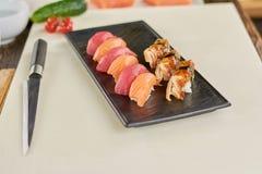 切片在板材的开胃寿司 库存图片