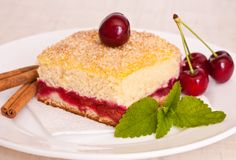 切片在板材的樱桃饼 免版税库存图片