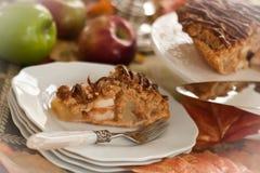 切片在板材的苹果饼叉子 免版税库存图片
