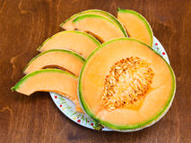 切片在桌上的成熟西西里人的甜瓜瓜 库存照片
