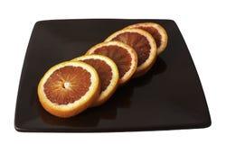 切片在棕色板材的西西里人的桔子 库存照片
