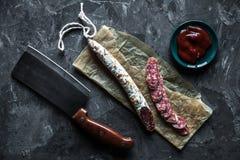 切片在灰色背景的法国saucisson蒜味咸腊肠 库存图片
