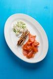 切片在白色板材的熏制鲑鱼 库存图片