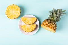 切片在绿色背景的菠萝果子 库存图片