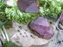 切片在绿色菜的火腿 免版税库存照片