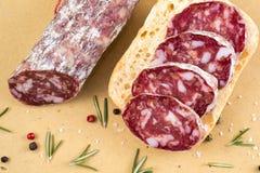 切片在面包和有些香料的意大利蒜味咸腊肠 免版税库存照片