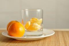 切片在玻璃关闭的新鲜的蜜桔 库存图片