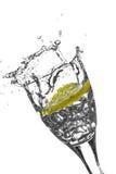 切片在玻璃的柠檬 免版税库存照片