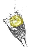 切片在玻璃的柠檬 免版税图库摄影