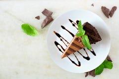 切片巧克力乳酪蛋糕,在白色石头的看法上 免版税库存照片
