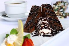 切片巧克力蛋糕和冰淇凌 免版税库存照片