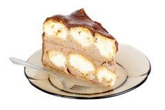 切片巧克力蛋糕和叉子在braun板材 免版税库存照片