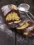 切片巧克力蛋糕和搽粉的糖 免版税库存照片