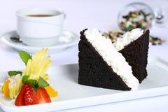切片巧克力蛋糕和白色奶油 图库摄影