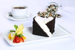切片巧克力蛋糕和白色奶油 库存图片