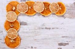 切片干柠檬和桔子在老木背景,拷贝空间文本的 库存照片