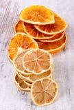 切片干柠檬和桔子在老木背景 库存照片
