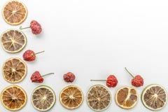 切片干桔子和干草莓在白色背景 免版税库存图片