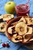 切片干苹果担当了开胃菜或快餐 库存照片