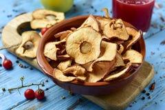 切片干苹果担当了开胃菜或快餐 免版税库存照片