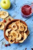 切片干苹果担当了开胃菜或快餐 免版税库存图片
