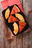 切片成熟西瓜和瓜在平底锅烤特写镜头 Vert 免版税图库摄影