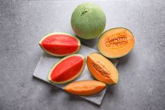切片新鲜的瓜和西瓜在背景 免版税库存照片