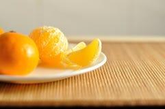 切片未加工的橙色蜜桔关闭 免版税库存图片