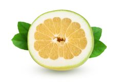 切片柑橘糖果或Pomelit,与在白色背景特写镜头隔绝的叶子的oroblanco 免版税库存照片