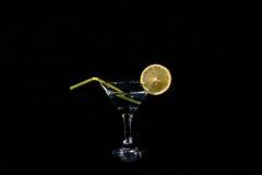 切片柠檬和一块玻璃与鸡尾酒 图库摄影