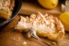 切片柠檬蛋白甜饼馅饼 免版税图库摄影