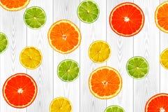 切片桔子、柠檬、石灰和葡萄柚在白色木板条 免版税库存图片