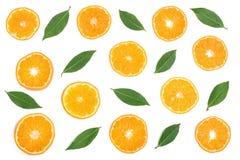切片桔子或蜜桔与在白色背景隔绝的叶子 平的位置,顶视图 果子构成 免版税库存照片