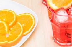 切片桔子板材在玻璃附近的喷开胃酒与橙色切片的aperol鸡尾酒 免版税库存照片