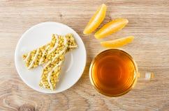 切片桔子,格兰诺拉麦片棒用谷物和茶 库存照片