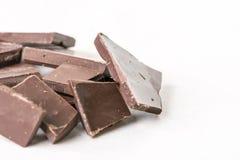 切片烹调在白色大理石背景桌上的巧克力 免版税库存照片