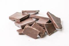切片烹调在白色大理石背景桌上的巧克力 免版税图库摄影
