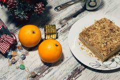 切片甜经典之作夹心蛋糕拿破仑 背景土气木 顶视图 免版税库存照片