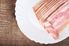 从切片的开胃菜在板材的烟肉在木板条 库存图片