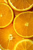 从切片的明亮的橙色背景水多的桔子 库存照片
