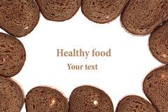 从切片的框架在白色背景的黑黑麦面包 查出 背景许多饺子的食物非常肉 图库摄影
