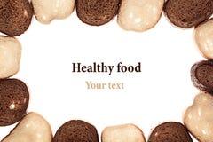 从切片的框架黑黑麦面包和白面包在白色背景 棋顺序 查出 库存图片