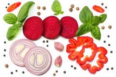 切片的混合甜菜根、红洋葱、蓬蒿叶子、大蒜、在白色背景和香料隔绝的甜椒胡椒 顶视图 库存图片
