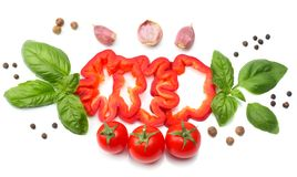 切片的混合蕃茄、蓬蒿叶子、大蒜、在白色背景和香料隔绝的甜椒胡椒 顶视图 免版税库存照片