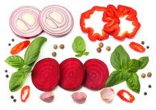 切片的混合蕃茄、蓬蒿叶子、大蒜、在白色背景和香料隔绝的甜椒胡椒 顶视图 图库摄影