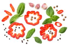 切片的混合蕃茄、蓬蒿叶子、大蒜、在白色背景和香料隔绝的甜椒胡椒 顶视图 免版税库存图片
