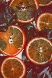 从切片的背景水多的桔子 图库摄影